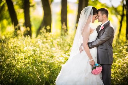 Portret van een jong bruidspaar op hun trouwdag