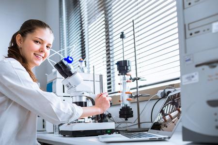 Portret van een vrouwelijke chemie student het uitvoeren van onderzoek in een chemisch laboratorium (kleur getinte afbeelding, ondiepe DOF)