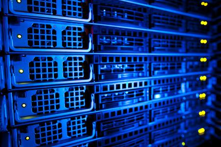 Server-Rack-Cluster in einem Rechenzentrum (flacher DOF, Farbe getöntes Bild)
