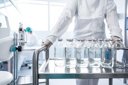 Kolven met vloeistoffen in een lab Stockfoto