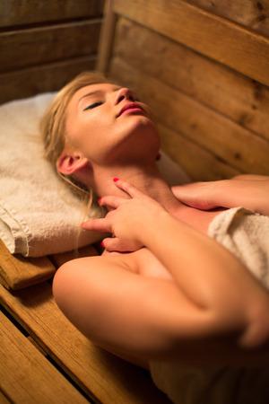 sauna nackt: Junge Frau, die Entspannung in der Sauna, die eine Pause von ihrem Terminkalender, k�mmert sich um sich selbst und genie�en die Wellness-Leistungen ihrer Arbeit bietet