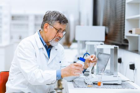 Senior mannelijke onderzoeker op wetenschappelijk onderzoek in een lab (ondiepe DOF, kleuren getinte afbeelding)