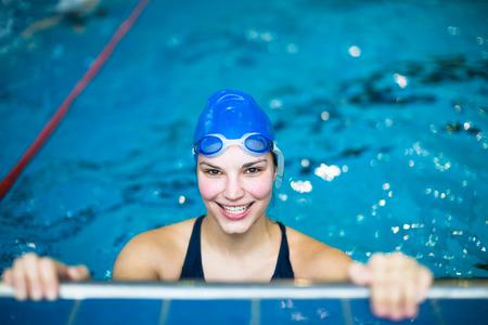 Vrouwelijke zwemmer in een overdekt zwembad - doen crawl (ondiepe DOF)