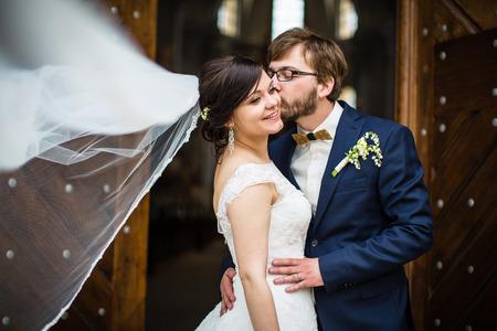 bruilofts -: Portret van een jong bruidspaar op hun trouwdag
