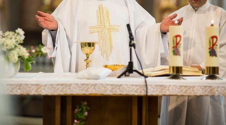 eucharistie: Prêtre lors d'une cérémonie de mariage  messe de mariage