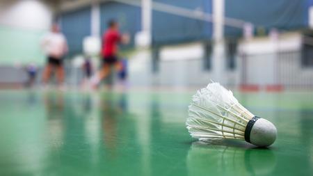 terrains de badminton avec joueurs en compétition - Badminton