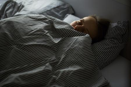 deitado: Bela adormecida jovem mulher na cama