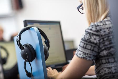 interpreteren - Microfoon en schakelbord in een gelijktijdige tolkencabine (ondiepe DOF)