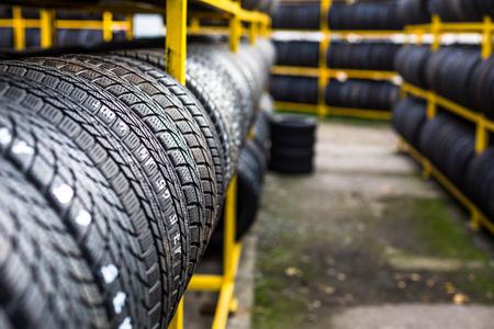 llantas: Neumáticos para la venta en una tienda de neumáticos