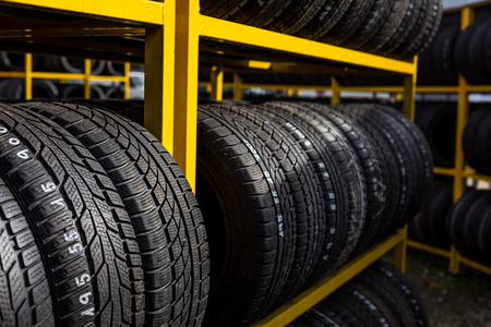 Autoreifen für den Verkauf auf einem Reifen-Shop Standard-Bild - 45397355