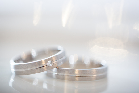 ringe: Two splendid wedding rings on a wedding day. Love concept.