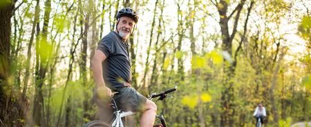 Senior man op zijn mountainbike in openlucht Stockfoto