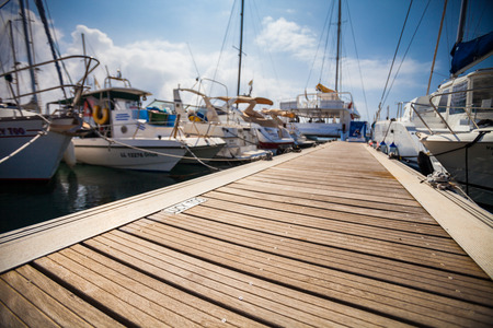 Marina met verankerde boten