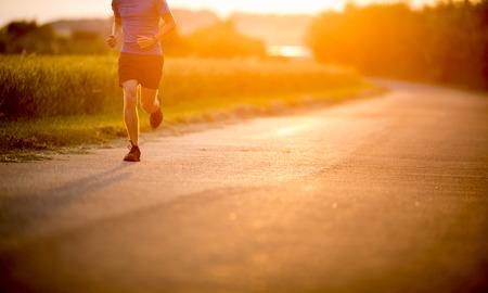 people jogging: Hombre atleta  running en carretera - ejercicios de desplazamiento bienestar concepto Foto de archivo