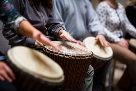 terapia de grupo: Grupo de personas jugando a la batería - la terapia de la música Foto de archivo