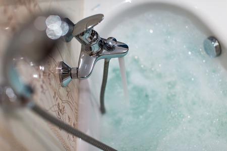 jabon liquido: Espumoso baño caliente en un baño moderno (DOF, imagen en color entonado)