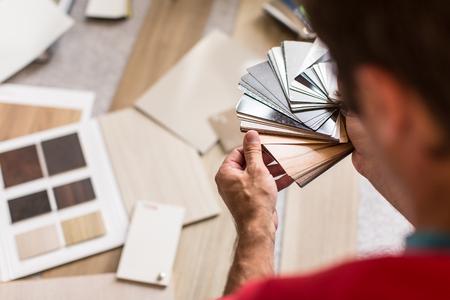 herramientas de carpinteria: Hombre seleccionando el suelo adecuado para su casa  appartement Foto de archivo