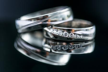 anillos boda: detalles del día de la boda - dos anillos de oro preciosas que esperan su momento, con algunas reflexiones agradables