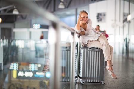 maletas de viaje: Pasajeros joven mujer en el aeropuerto, a punto de registro de entrada en Foto de archivo