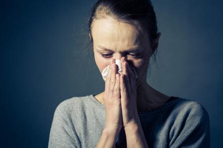 女性重度うつ病不安悲しみ、苦しんで泣いて、彼女の目から出る涙を彼女の鼻を吹く