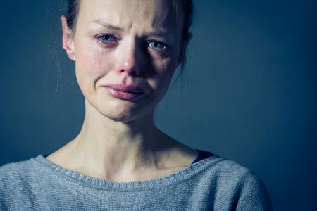 persona triste: Mujer joven que sufre de severa depresi�n  ansiedad  tristeza, llanto, las l�grimas que viene de sus ojos Foto de archivo