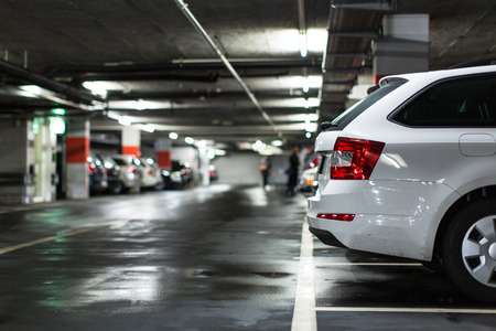 Ondergrondse parking  garage (ondiepe DOF, kleur getinte afbeelding) Stockfoto