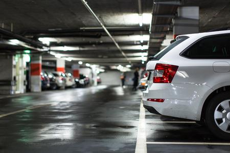 Un parking souterrain  garage (DOF peu profonde, image couleur tonique) Banque d'images