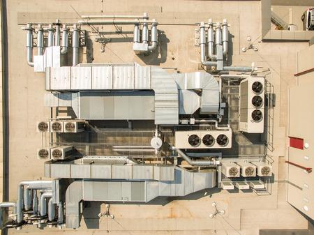 aparatos electricos: equipos de aire acondicionado encima de un edificio moderno - vista drone  aérea de la azotea, con todas las instalaciones necesarias