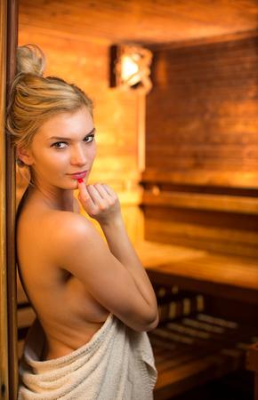 Jeune femme de détente dans un sauna Banque d'images - 60593364