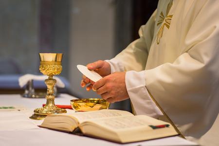 Priester tijdens een huwelijksceremonie  huwelijkse massa (ondiepe DOF, kleur getinte afbeelding)