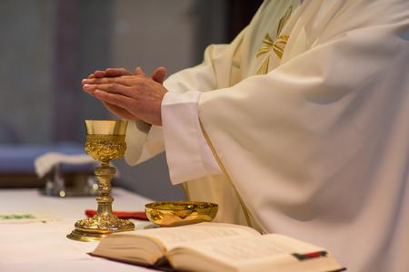 Sacerdote durante una ceremonia de boda / misa nupcial Foto de archivo - 64321374