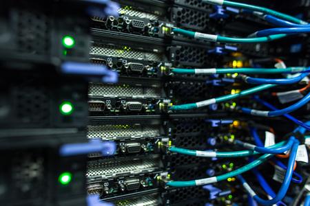 데이터 센터의 서버 랙 클러스터