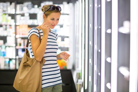 Jonge vrouw winkelen voor de juiste geur  parfum