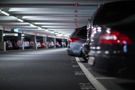 지하 주차장  차고 (얕은 DOF; 색상 톤 이미지) 스톡 콘텐츠