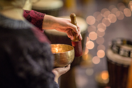여자 티베트 노래 그릇 (얕은 DOF; 톤 컬러 이미지)