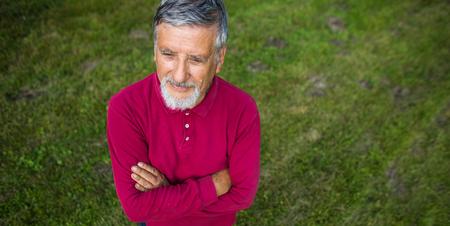 Älterer Mann in seinem Garten - Schuss von oben - interessante Winkelansicht