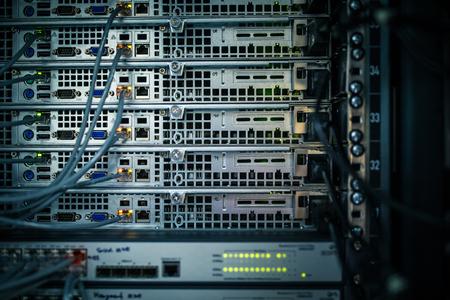 Server rack cluster in een datacenter (ondiepe DOF, kleur getinte afbeelding)