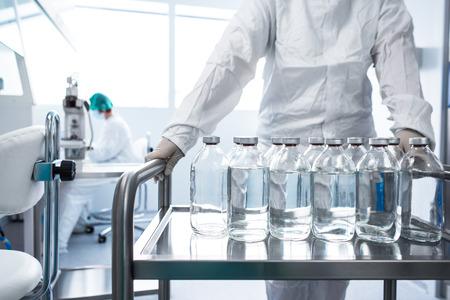 실험실에서 액체와 함께 플라스 크 - 제약 산업 공장 및 생산 실험실 (톤 색상 이미지, 얕은 DOF) 스톡 콘텐츠