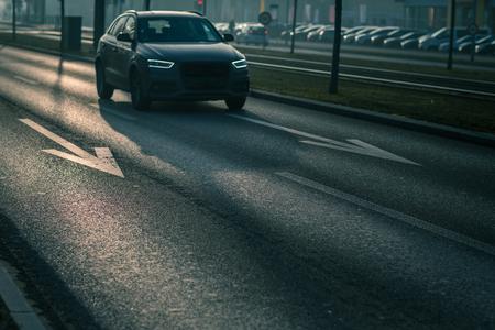 Trafic de voitures de ville - voitures sur une route de ville polluant l'air de la ville avec des gaz d'échappement contenant de nombreux agents nocifs pour la santé humaine