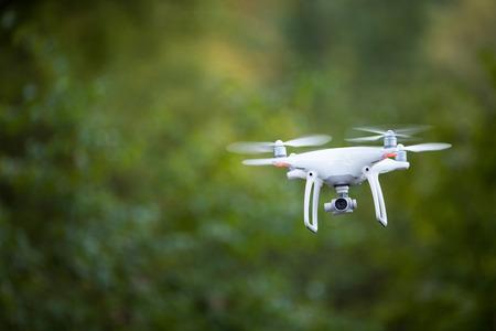 Quadrocopter drone avec la caméra en vol Banque d'images