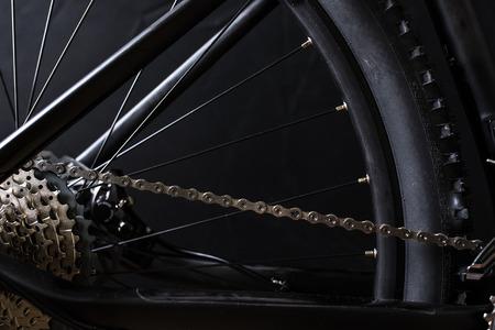 Bicicleta de montaña moderna de la raza de MTB aislada en fondo negro en un estudio Foto de archivo - 85708675