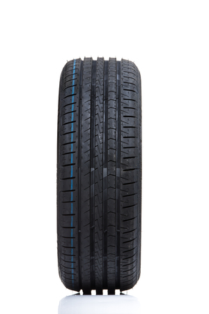 깨끗한 높은 키 흰색 스튜디오 배경에 브랜드의 새로운 고성능 자동차 타이어의 스택