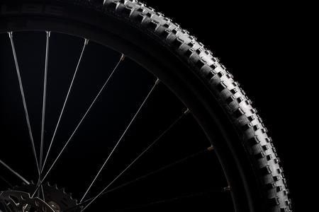 Vélo de montagne moderne course MTB isolé sur fond noir dans un studio Banque d'images