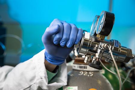 Mains d'un chercheur effectuant des recherches scientifiques dans un laboratoire Banque d'images