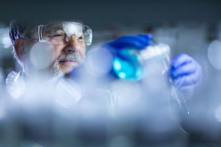 chercheur principal mâle recherche scientifique dans un laboratoire