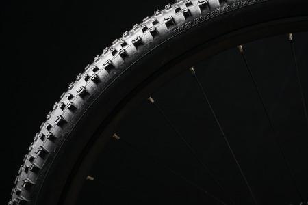 현대 MTB 경주 산악 자전거 타이어 스튜디오에서 검은 배경에 고립