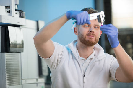 Senior male researcher carrying out scientific research in a lab Banque d'images