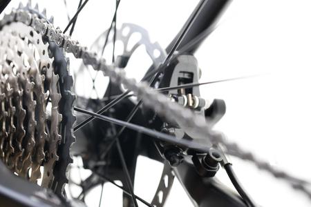 Vélo de montagne moderne course VTT isolé sur fond blanc dans un studio