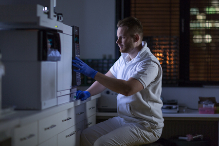 Senior male researcher carrying out scientific research in a lab Lizenzfreie Bilder