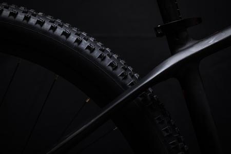 현대 MTB 경주 산악 자전거 스튜디오에서 검은 배경에 고립 스톡 콘텐츠